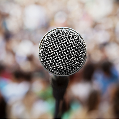 Picture d'un microphone sur un podium